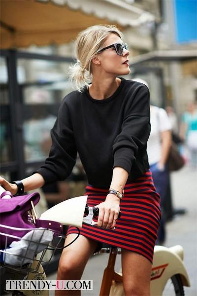 Девушка в красной мини-юбке