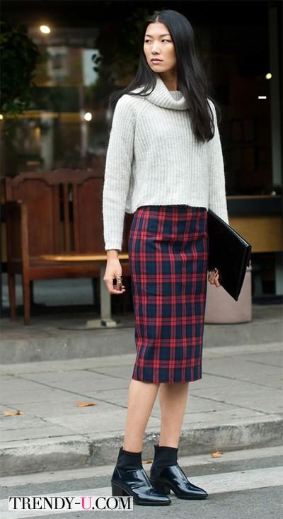 Красная юбка, свитер и ботильоны