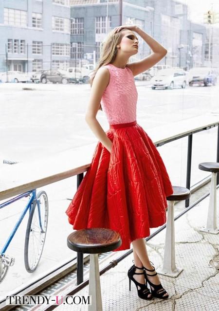 Красная юбка солнце-клеш и розовый топ