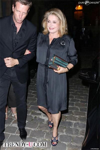 Катрин Денев в черном платье