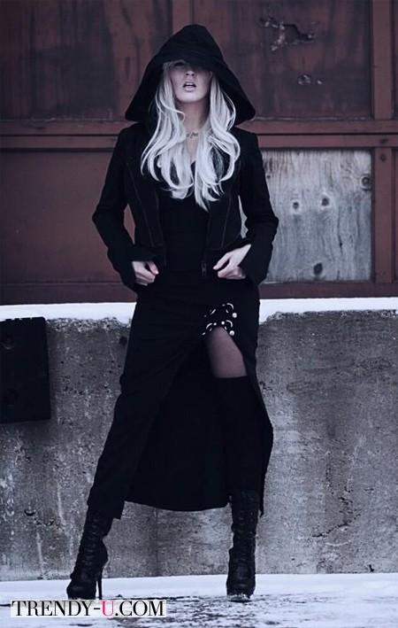 Блондинка в высоких черных сапогах и пальто