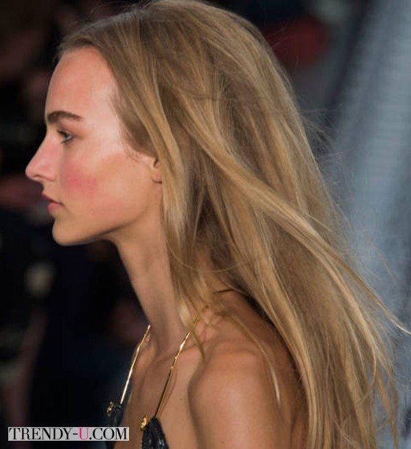 Прямые распущенные волосы на модели Versus SS 2015