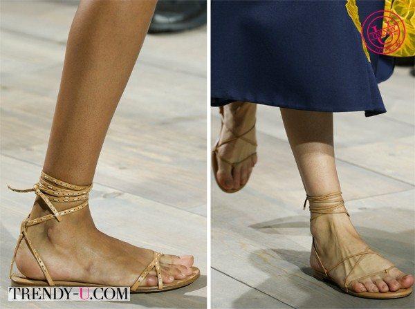 Бежевые сандалии и ничего лишнего
