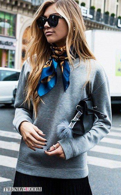 Серый трикотажный свитшот и шелковый шейный платок