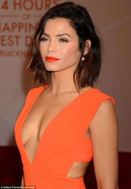 Дженна Деван в оранжевом платье и ее макияж