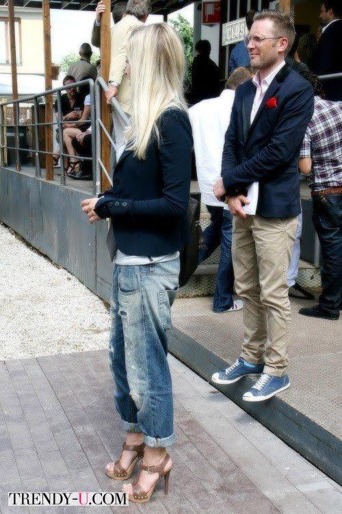Девушка в джинсах-бойфрендах