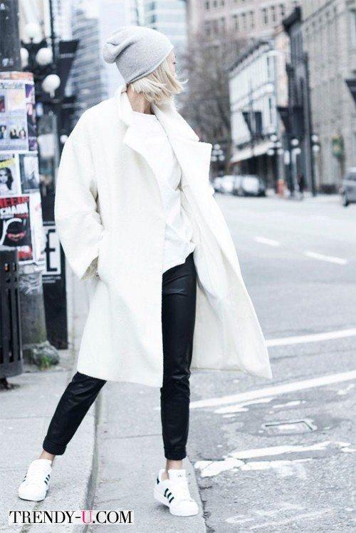 В белом пальто и кроссовках