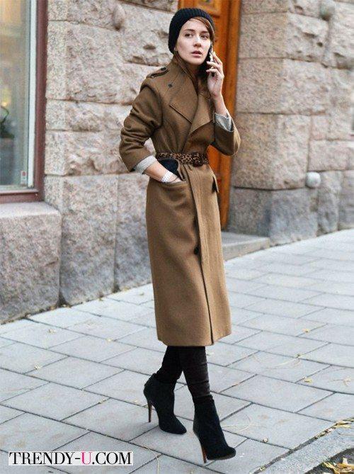 Коричневое пальто и вязаная шапка