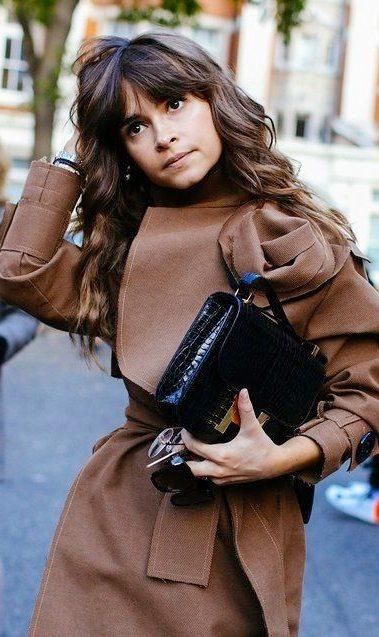 Коричневое пальто - черная сумка