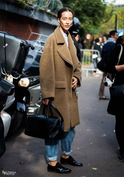 Коричневое пальто - оксфорды - черная сумка