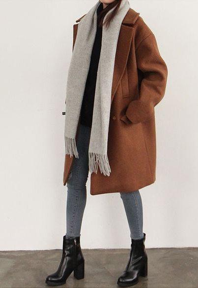 Пальто оверсайз коричневого цвета и серый шарф