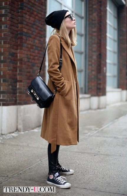 Коричневое пальто в сочетании с кедами