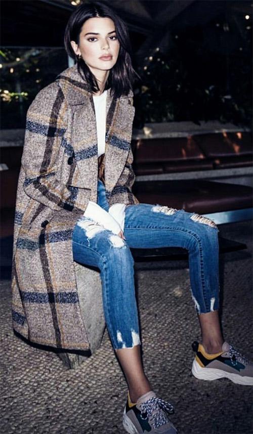 """Кендалл Дженнер в клетчатом пальто оверсайз как бы говорит своим видом: """"Хорошая вещь! Нужно брать!"""""""