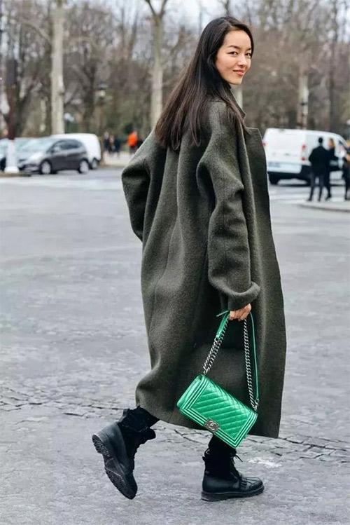 Серое пальто оверсайз, салатовая сумочка, солдатские ботинки