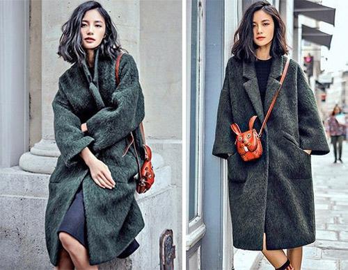 Серое пальто - коричневая сумочка в виде зайца (?)