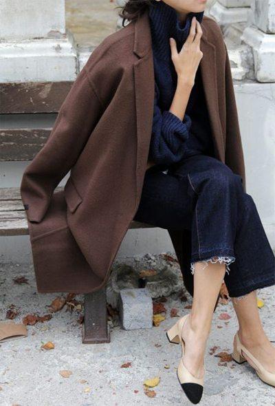 Пальто, синий свитер оверсайз и синие джинсы
