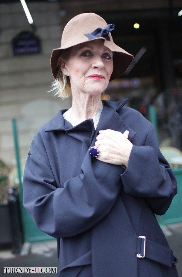 Пожилая дама в элегантном пальто серого цвета