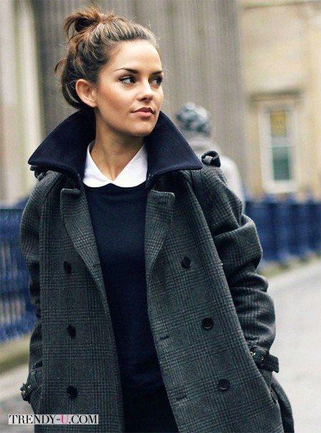 Темно-серое пальто и белая рубашка со свитером