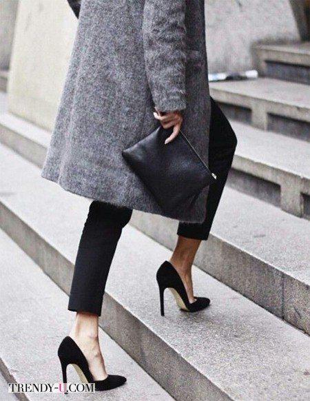 Серое пальто и черные чиносы