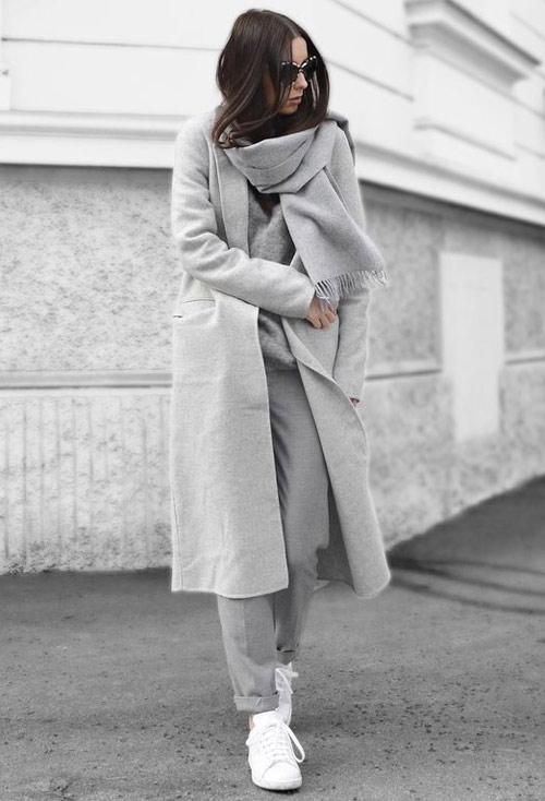Серое пальто и серый шарф