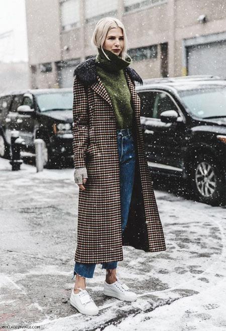 Пальто из твида в сочетании с джинсами с высокой талией (мам джинс)