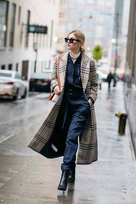 С чем носить пальто в клетку: с деловым костюмом и ботильонами