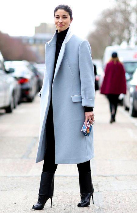 Черный аутфит - голубое пальто
