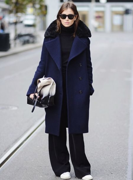 Черный аутфит - синее пальто