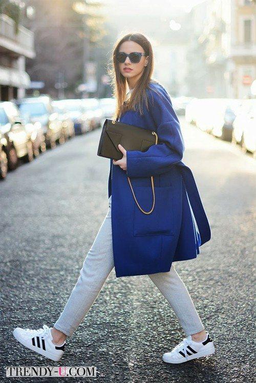 Синее пальто, серые джинсы и кроссовки