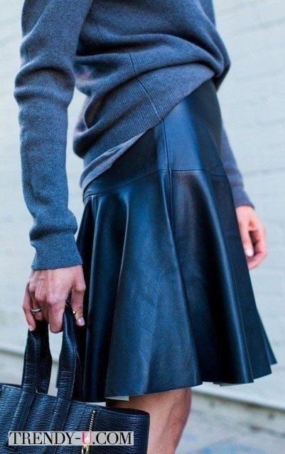 Синяя кожаная юбка в сочетании со свитером в тон: монохром!