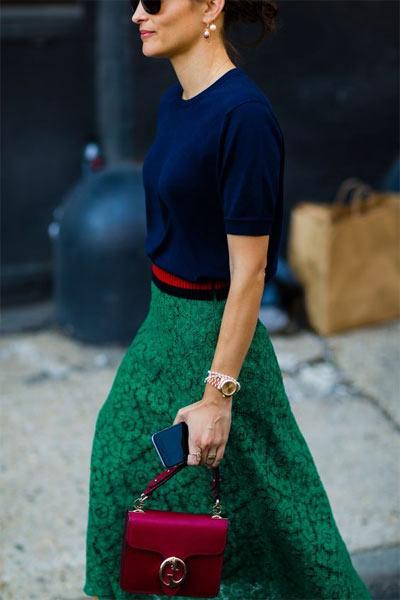 Образ: синяя блузка и зеленая юбка