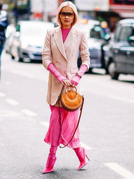 Что надеть на корпоратив: платье цвета фуксии и пудровый жакет!
