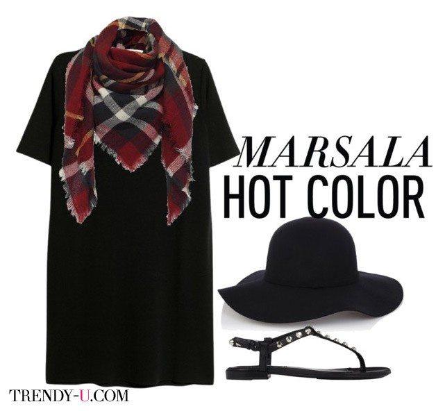 Черное платье в сочетании с клетчатым шарфом цвета марсала