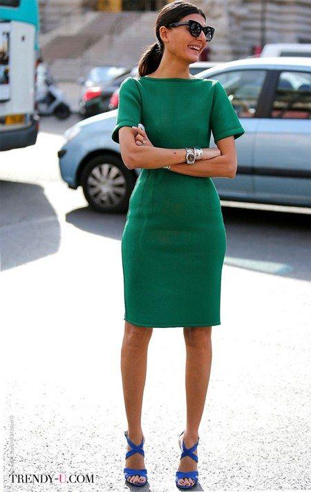 Giovanna Battaglia в летнем зеленом платье и синих босоножках
