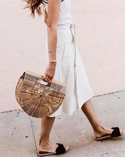 Соломенная сумка в сочетании с белым платьем