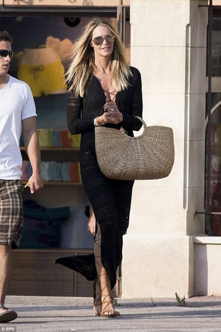 Плетеная сумка в сочетании с черным длинным платьем