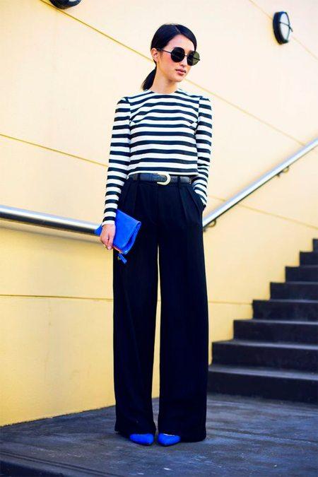 Тельняшка, широкие брюки, кобальтовые аксессуары