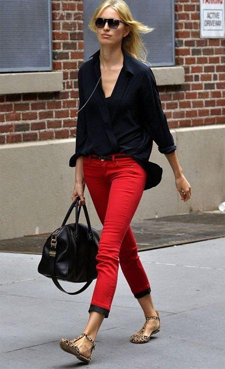 Красные джинсы скинни и леопардовые босоножки