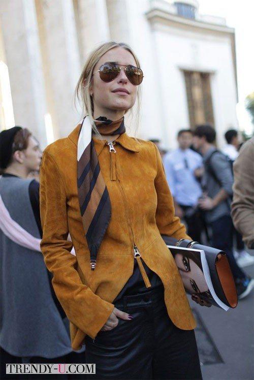 Коричневая куртка из замши в сочетании с шарфиком - это найс-найс-найс!