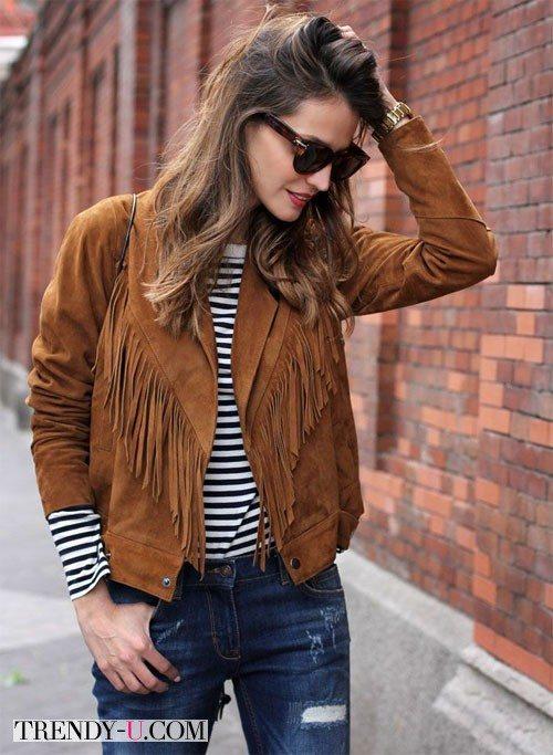Замшевая куртка с бахромой, тельняшка, джинсы
