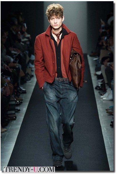 Куртка-бомбер цвета Марсала в сочетании с джинсами Bottega Veneta осень-зима 2015-2016