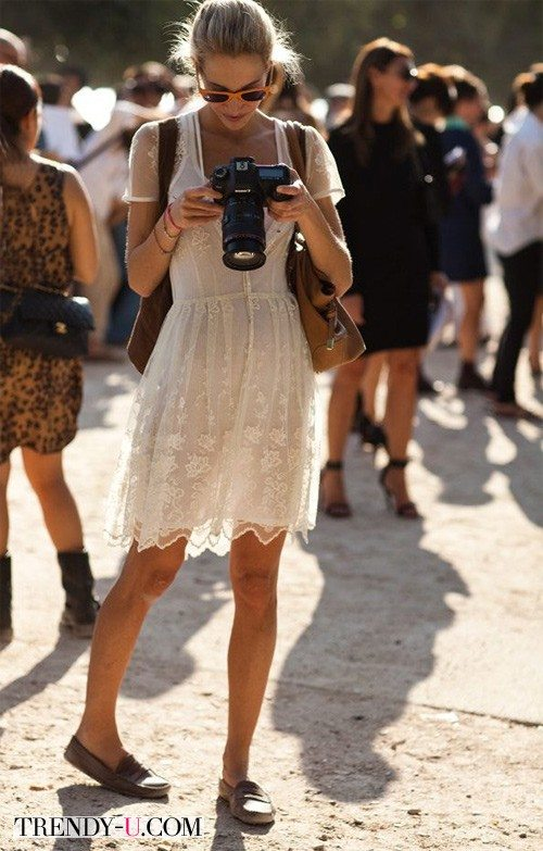 Стильная девушка в кружевном платье