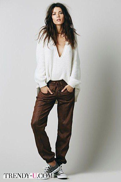 Джемпер оверсайз в сочетании со спортивными брюками и кедами