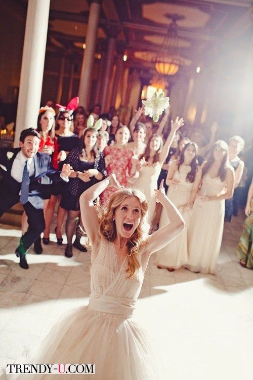 Невеста и стильные гости на свадьбе