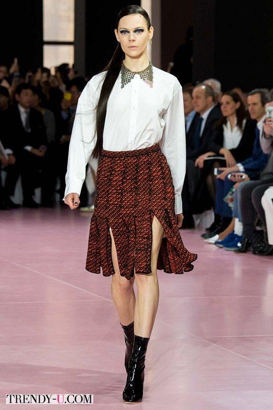 Белая юбка в сочетании с плиссированной юбкой с разрезами от Dior