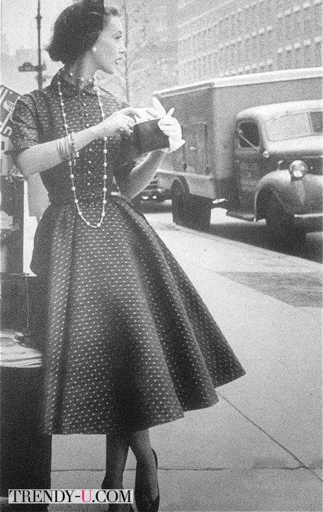 Девушка в платье в горох и бусах из жемчуга