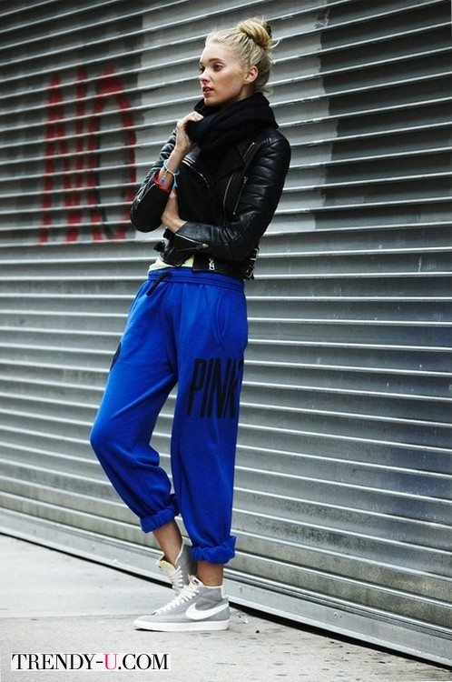 Девушка в кобальтовый спортивных штанах и кожаной куртке