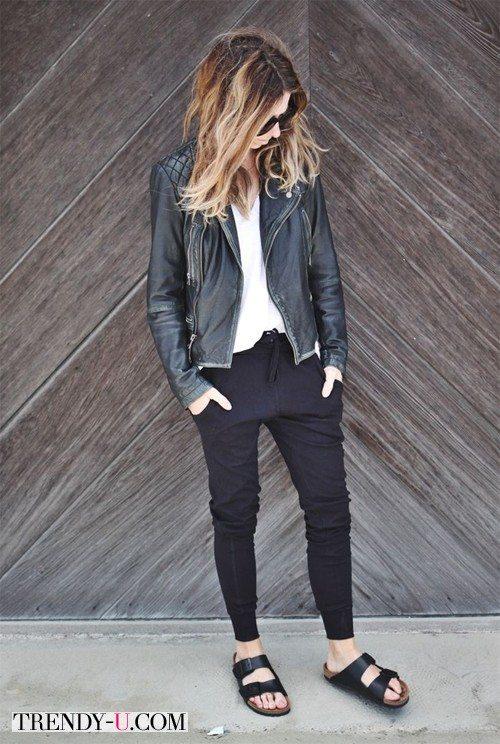 Девушка в спортивных штанах и кожаной куртке-косухе