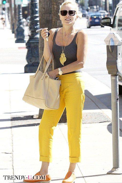 Желтые чиносы и серая майка