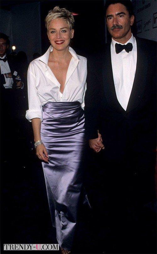 Шэрон в белой мужской рубашке и стального цвета юбке на церемонии Оскар